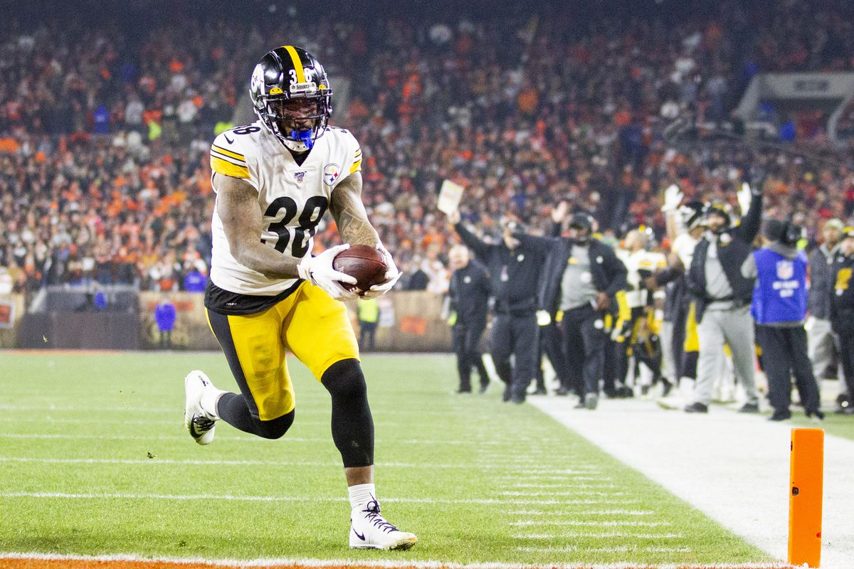 Pittsburgh Steelers running back Jaylen Samuels runs the ball into the end zone for a touchdown against the Cleveland Browns during the third quarter at FirstEnergy Stadium.