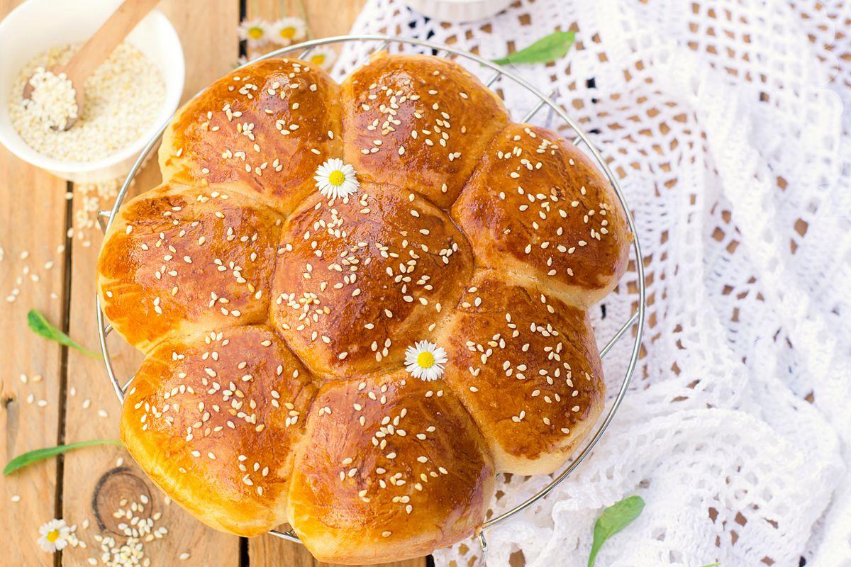 eine blütenförmige Runde Brot mit Samen.