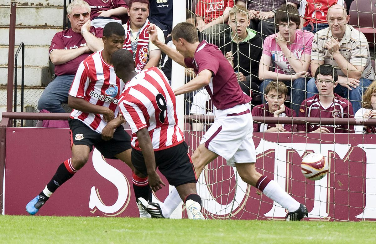 08/08/09 PRE SEASON FRIENDLY.HEARTS V SUNDERLAND.TYNECASTLE - EDINBURGH.Darren Bent (8) creeps in to score on his Sunderland debut and level up the scoreline....... (Photo by Jeff Holmes\SNS Group via Getty Images)