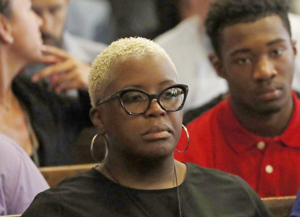 Hadiya Pendleton's mother, Cleopatra Cowley-Pendleton, watches opening arguments in the Hadiya Pendleton murder trial at the Leighton Criminal Court Building, Tuesday Aug. 14, 2018. | Jose M. Osorio/ Chicago Tribune via AP, Pool