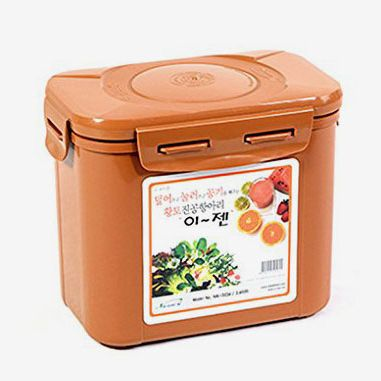 A brown kimchi container for fermentation