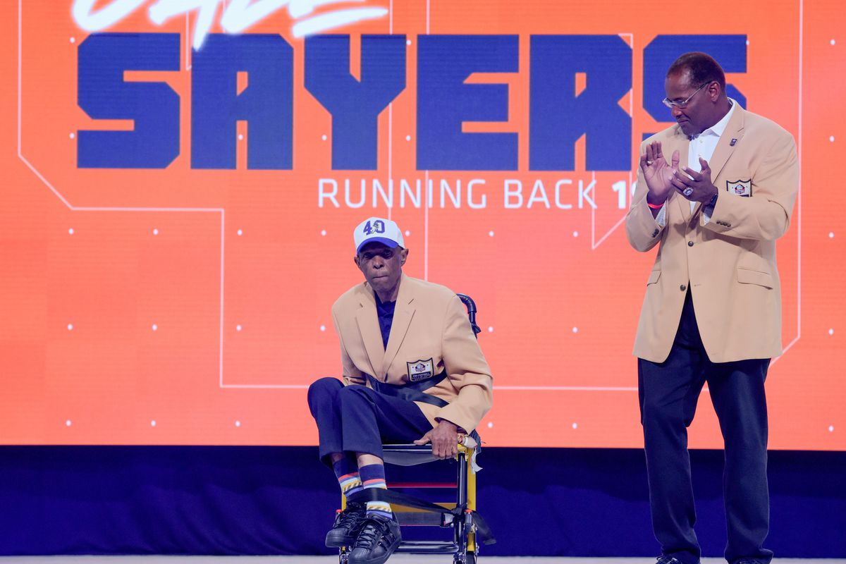 detailed look ef038 d2613 He's a real Chicago hero': Former Bears honor Gale Sayers ...