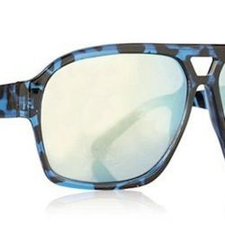 """<strong>Topman</strong> 90s Sunglasses in Navy, <a href=""""http://us.topman.com/webapp/wcs/stores/servlet/ProductDisplay?langId=-1&storeId=13051&catalogId=33059&productId=10789594&categoryId=207603&parent_category_rn=207572"""">$28</a>"""