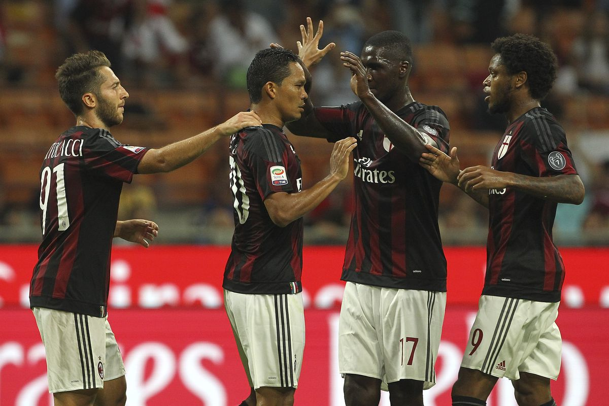 MILAN, ITALY - AUGUST 29: Carlos Bacca of AC Milan ccelebrates with his team-mates after scoring the opening goal during the Serie A match between AC Milan and Empoli FC at Stadio Giuseppe Meazza on August 29, 2015 in Milan, Italy. (Photo by