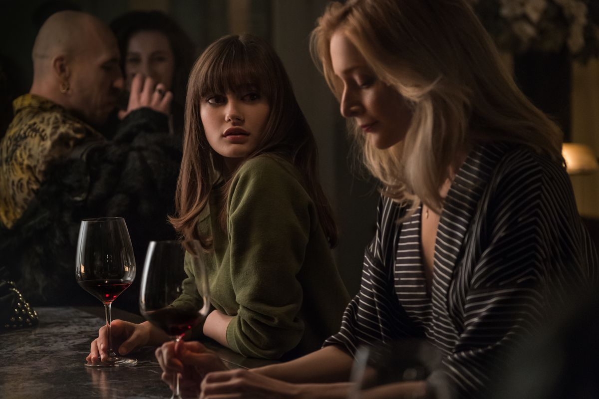 Ella Purnell And Caitlin Fitzgerald In Starzs Sweetbitter