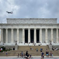 An American Airlines 737-800 on final approach into Ronald Reagan National just behind and above the Lincoln Memorial