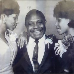Aretha Franklin (L) with her father C.L. Franklin and sister Caroline. | AFP/NEW BETHEL BAPTIST CHURCH