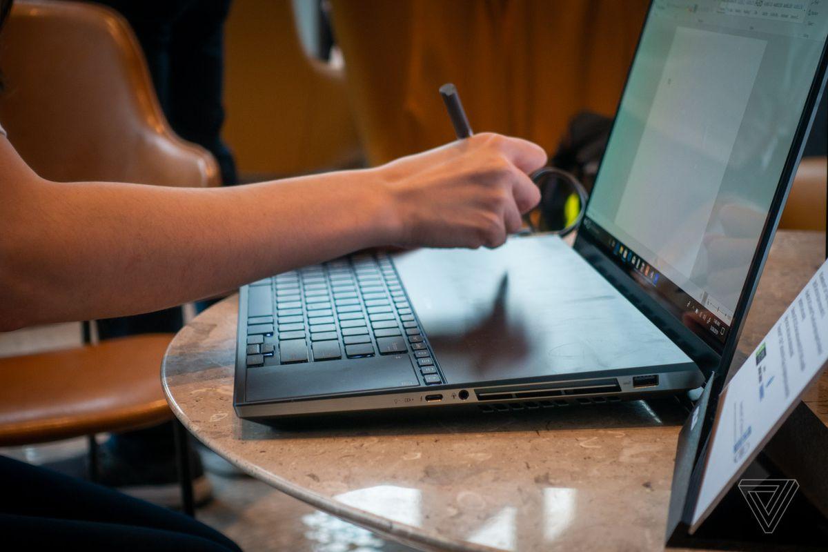 جهاز Asus ZenBook Pro Duo عبارة عن لابتوب فخم مع شاشتين بحجم 4K
