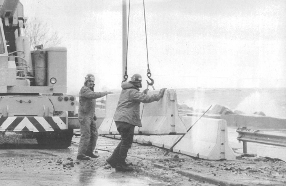 Workmen install temporary barriers along Lake Shore Drive in 1987.