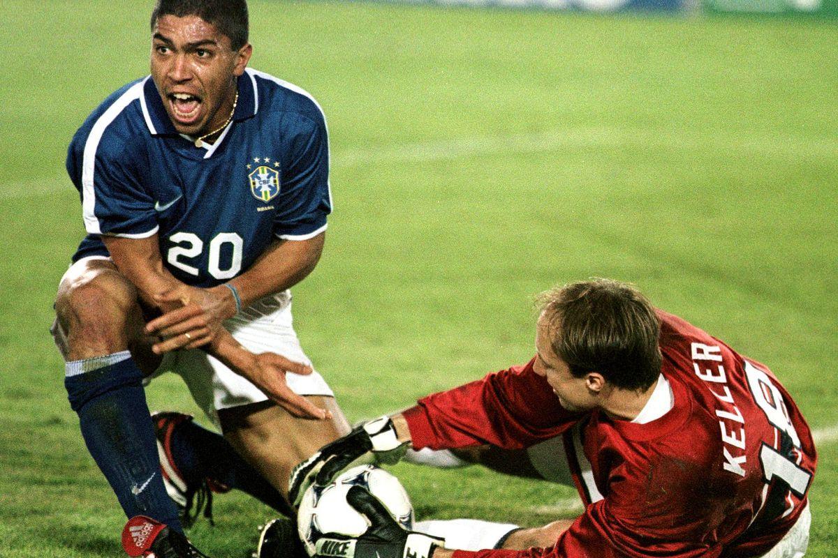 Brazilian player Elber Giovane de Souza (L) reacts