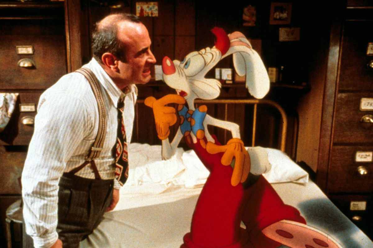 Bob Hoskins angrily confronts an animated rabbit.