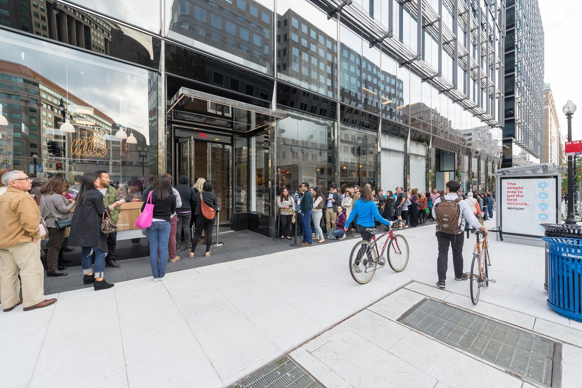 Opening day lines for Momofuku (with a huge line for Milkbar next door) [Photo: R. Lopez]