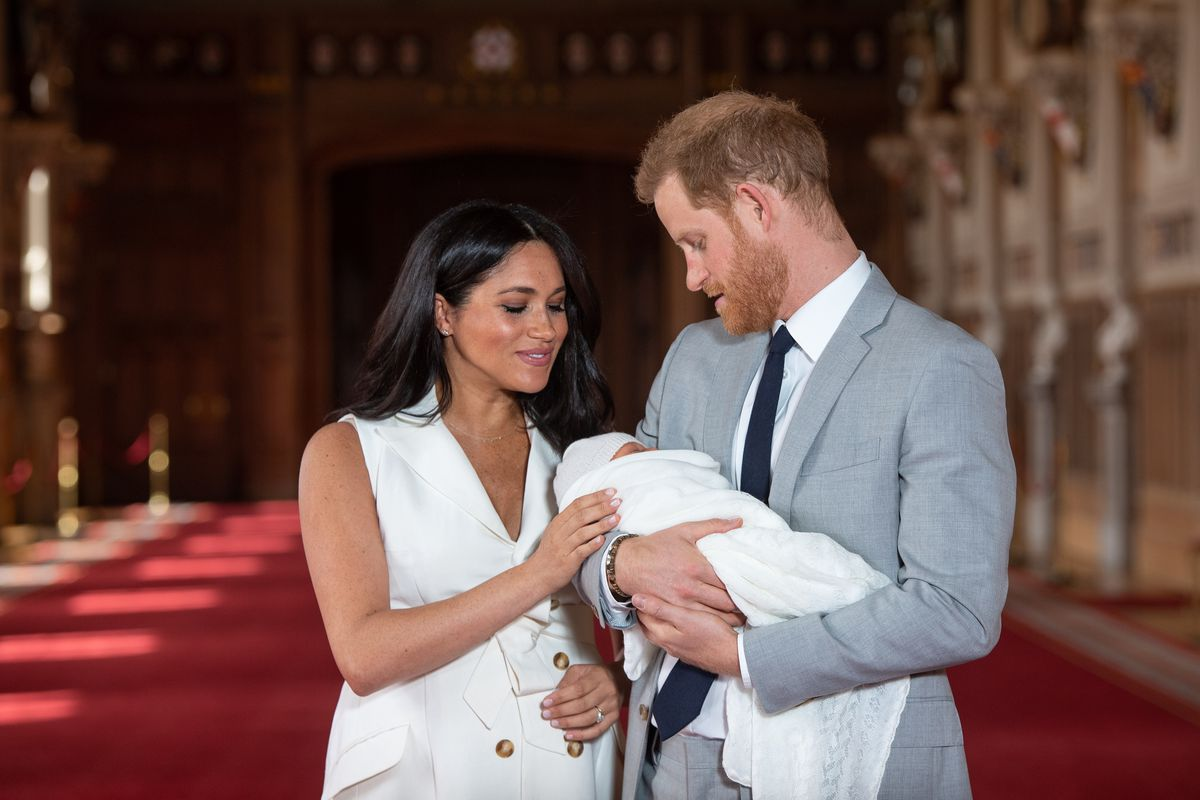 royal baby photos meghan markle and prince harry give first look of baby sussex vox meghan markle and prince harry