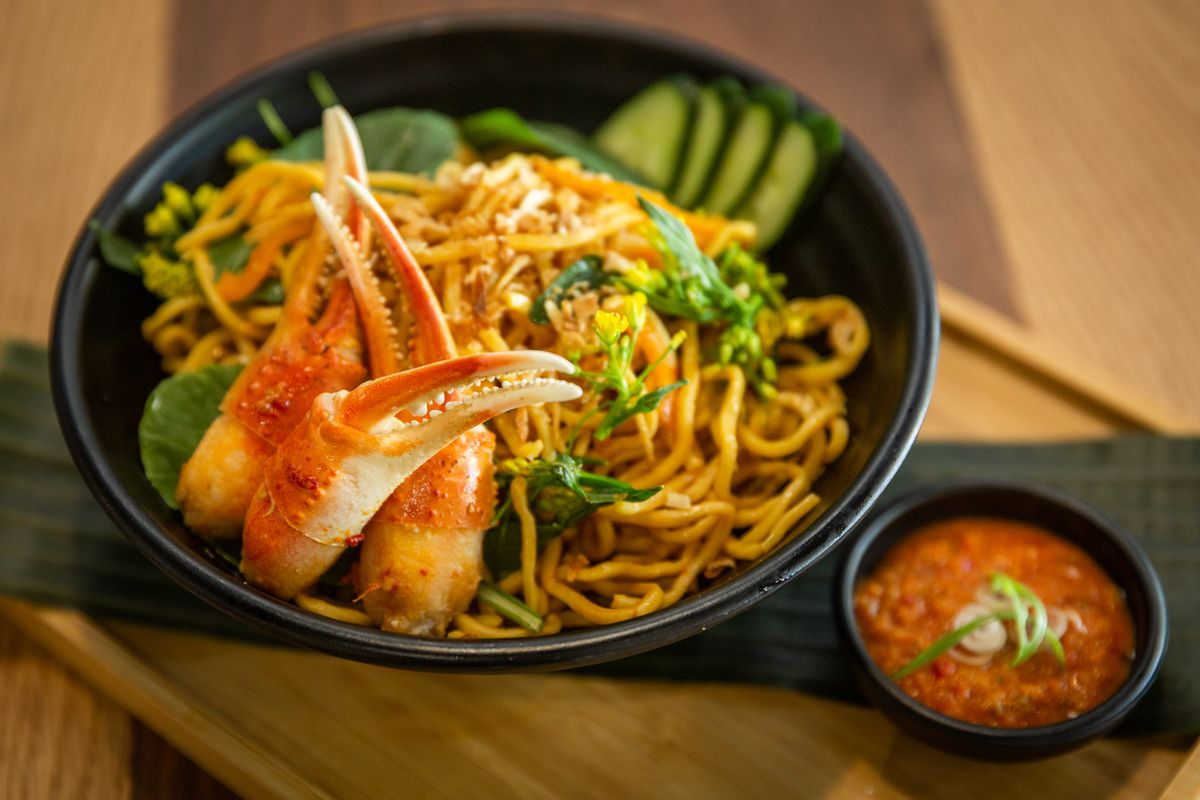 Fried noodles topped with crab claws