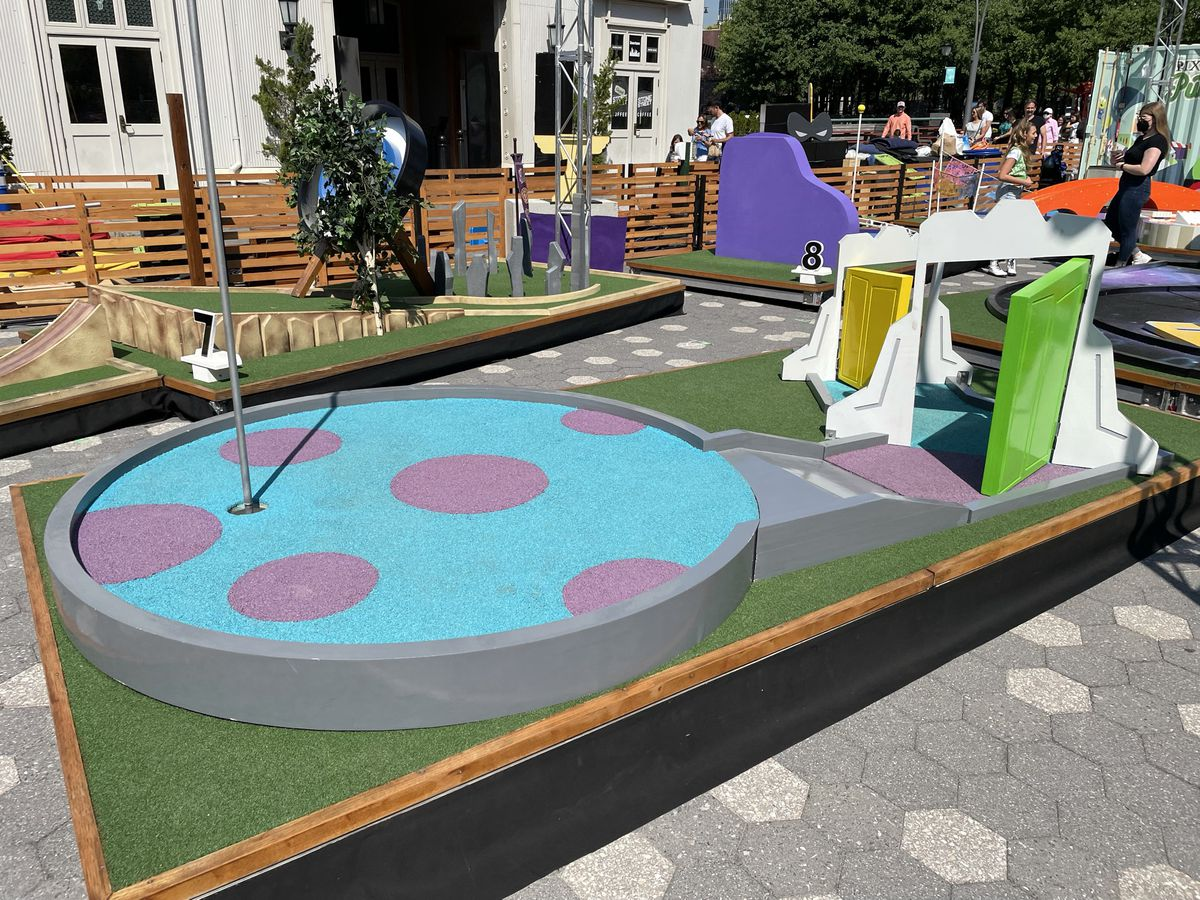 a minigolf hole that has the same colors as sully