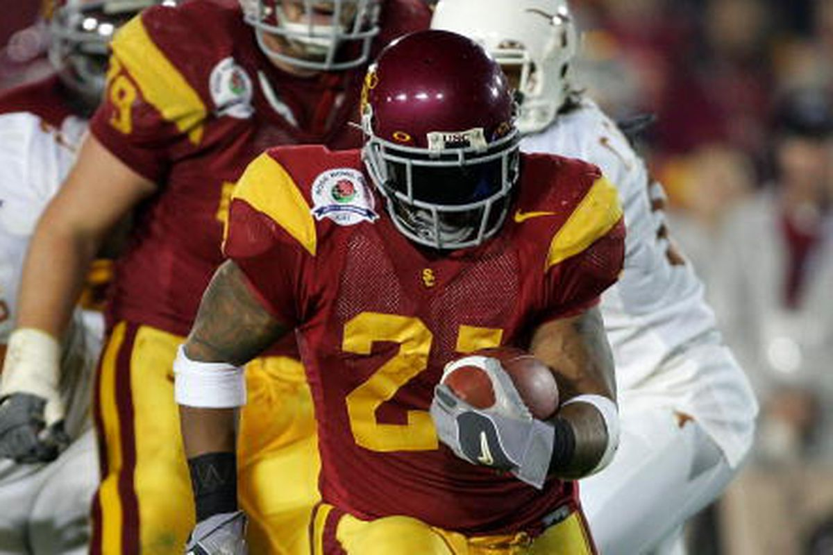 LenDale White #21 of the USC Trojans breaks away to score a 31 yard touchdown during the third quarter of the BCS National Championship Rose Bowl Game against the Texas Longhorns at the Rose Bowl on January 4, 2006 in Pasadena, California.