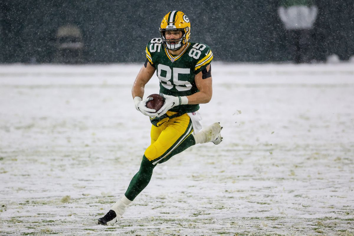 Robert Tonyan #85 of the Green Bay Packers runs with the ball in the first quarter against the Tennessee Titans at Lambeau Field on December 27, 2020 in Green Bay, Wisconsin.