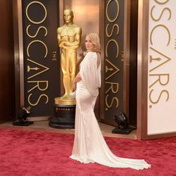 Kate Hudson wearing the night's first cape, courtesy of Versace.
