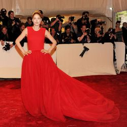 Now THAT is how you rock a red carpet! Doutzen Kroes in Giambattista Valli.