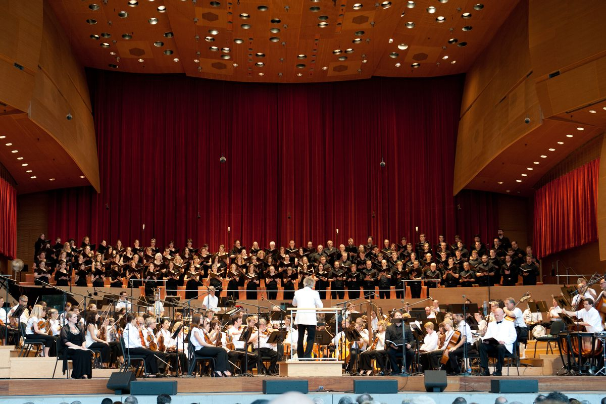 Carlos Kalmar conducts the Grant Park Orchestra and Chorus in 2013