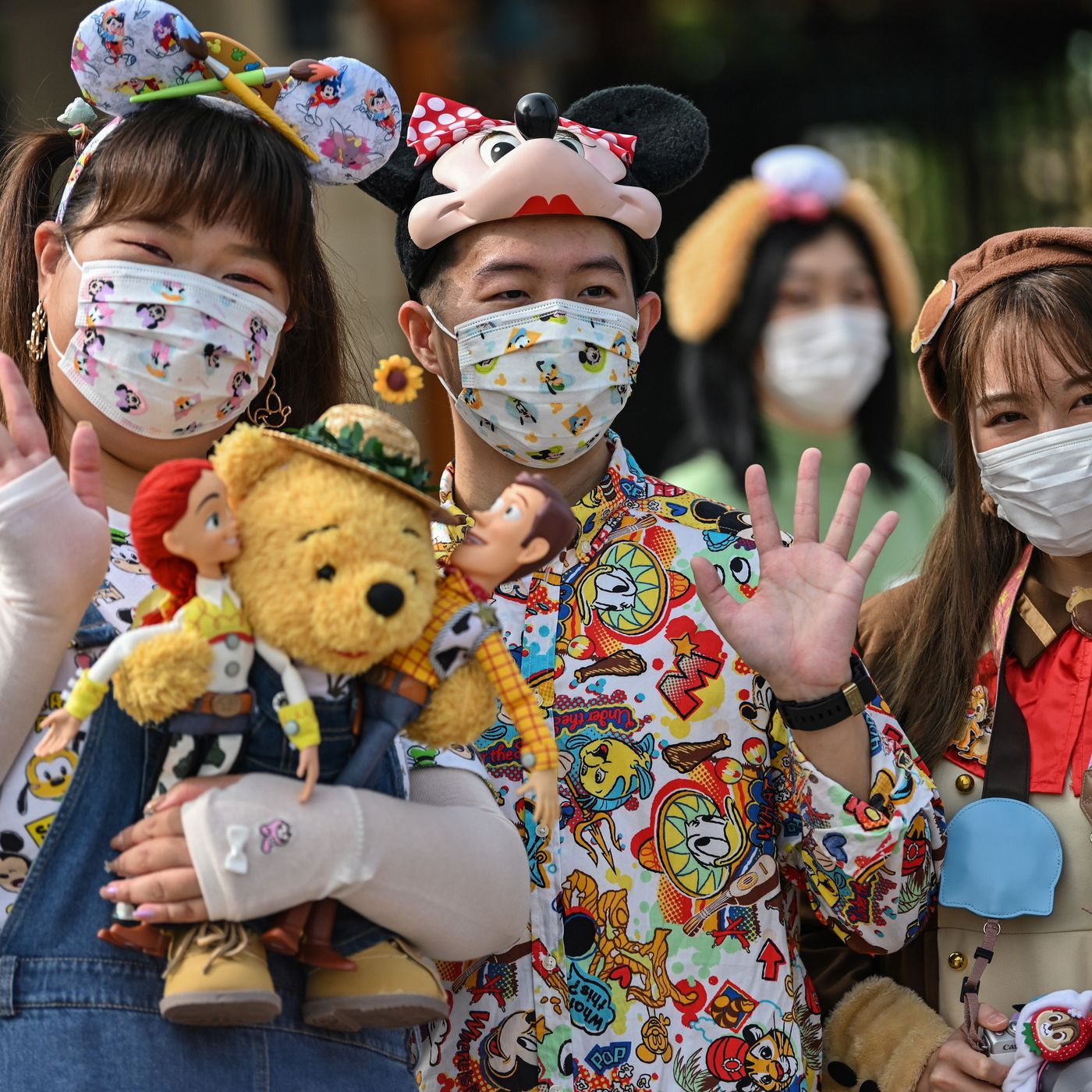 Shanghai Disneyland reopens with mandatory face masks and social distancing - The Verge
