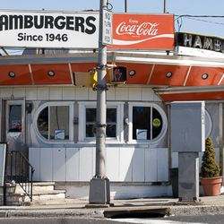 """<a href=""""http://ny.eater.com/archives/2014/04/a_complete_guide_to_new_york_city_hamburger_styles.php""""> A Complete Guide to New York City Hamburger Styles</a>"""