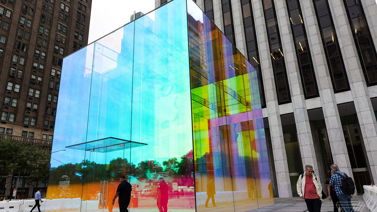 See the Fifth Avenue Apple Store\'s dazzling, iridescent ...