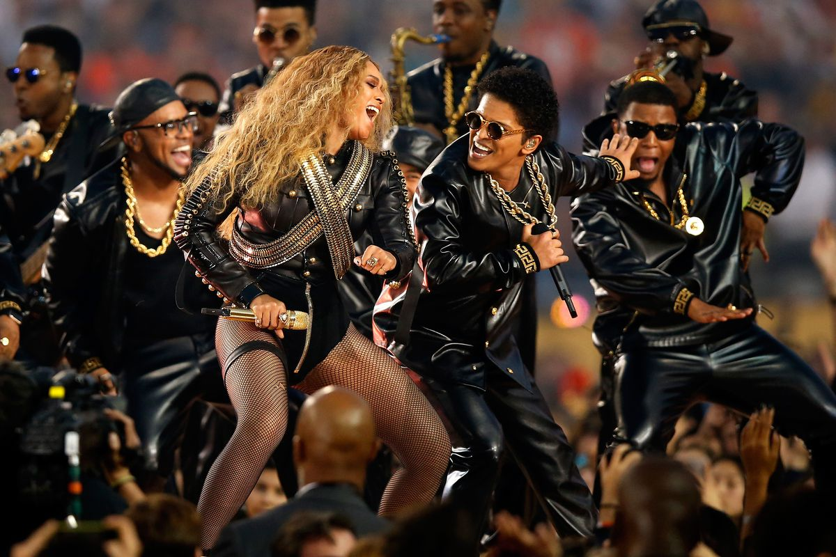 4a20ea52da5 Beyonce and Bruno Mars performing at the 2016 Super Bowl. Photo  Ezra  Shaw Getty Images