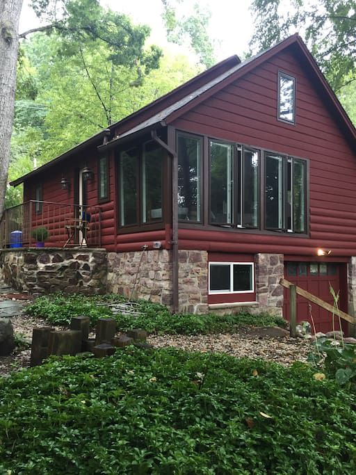 A cabin in Oak Ridge. The facade is dark red with a sloped roof.