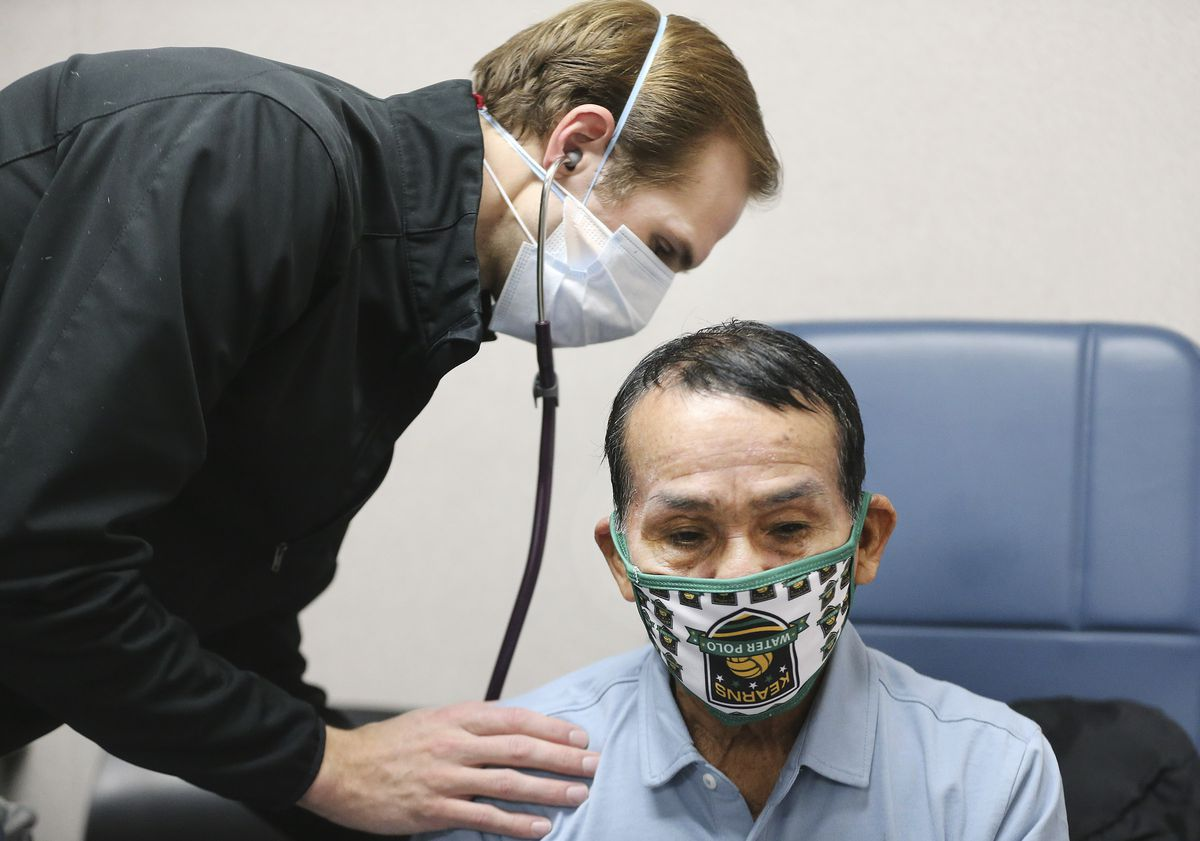 Hope Clinic physician assistant Matt Pierce examines patient Luis Hualinga at the clinic in Midvale on Wednesday, Jan. 6, 2021. Two bills to be considered by the Utah Legislature would broaden the role of physician assistants to let them offer mental health therapy and respond during a health emergency.