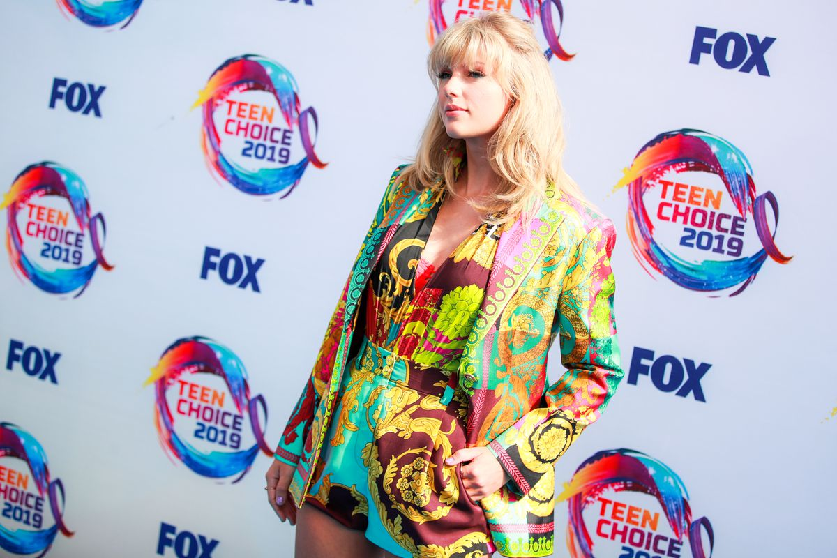 Taylor Swift poses for cameras at the Fox Teen Choice 2019 Awards.