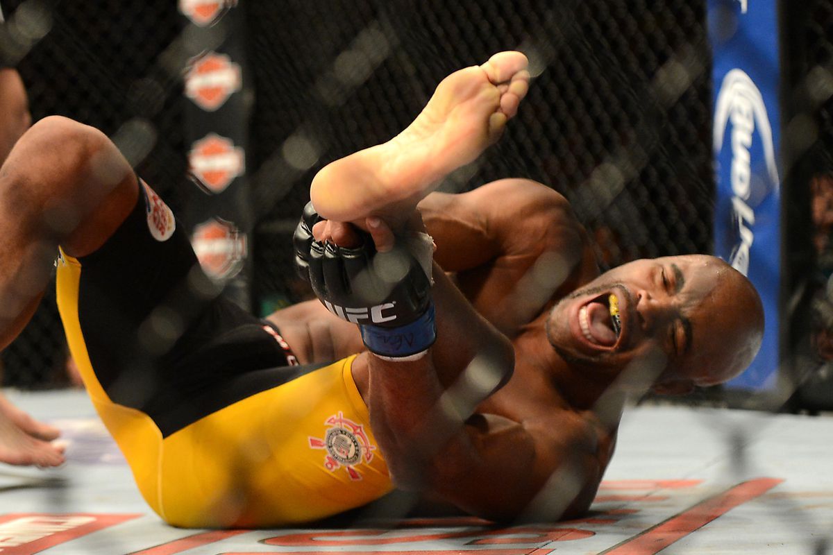 UFC statement: Surgery on Anderson Silva's broken leg a