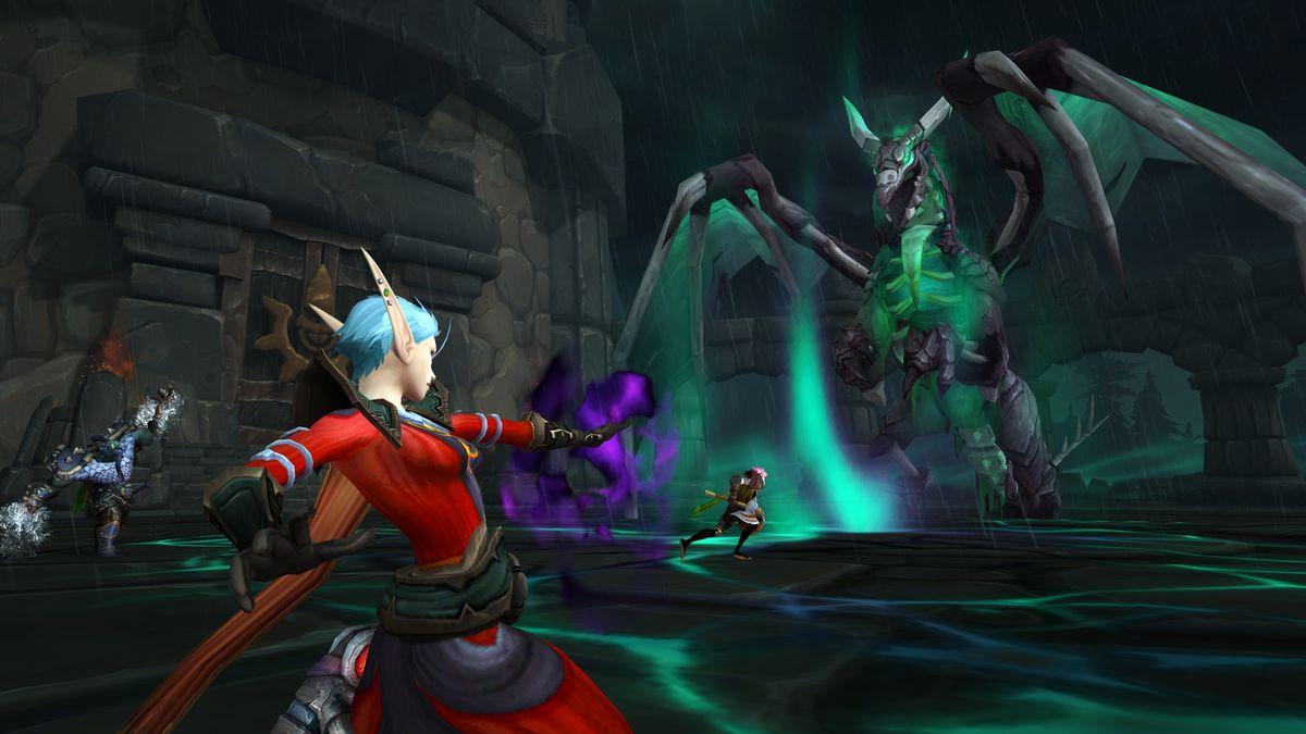 World of Warcraft: un mago elfo lucha contra un dragón gigante en una cueva de aspecto sombrío