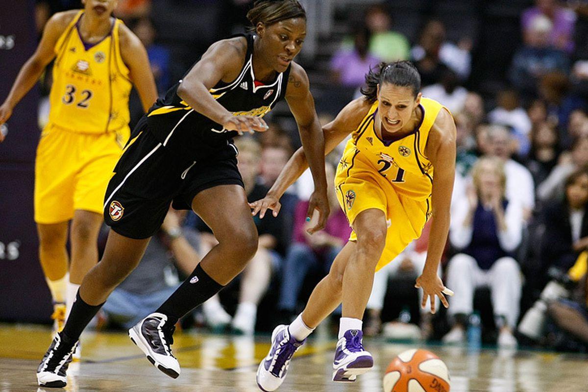 "Tiffany Jackson goes for loose ball against Ticha Penicheiro (photo by Craig Bennett/<a href=""http://112575.com"" target=""new"">112575 media</a>)"