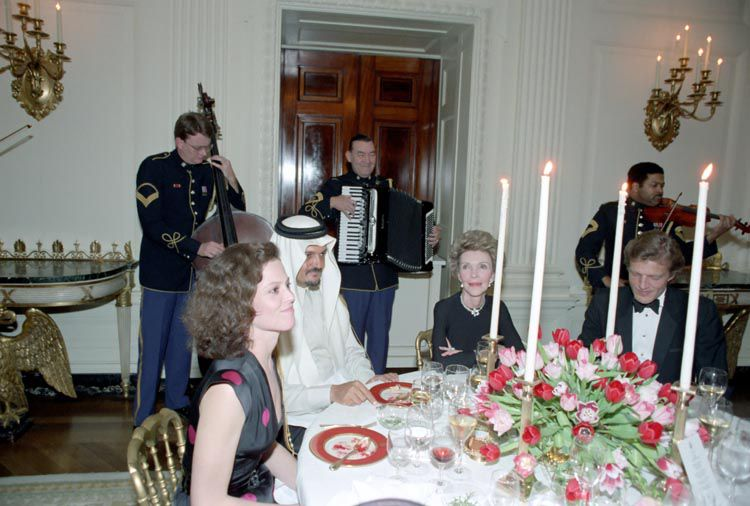 Sigourney Weaver, King Fahd of Saudi Arabia, and First Lady Nancy Reagan at the 1985 State Dinner at which Donald Trump was a guest