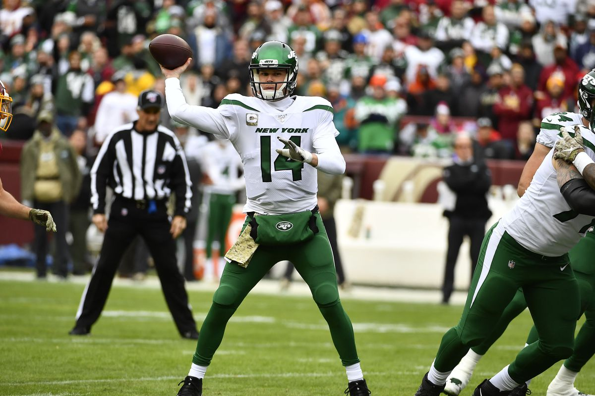 New York Jets quarterback Sam Darnold throws a pass against the Washington Redskins during the first half at FedExField.
