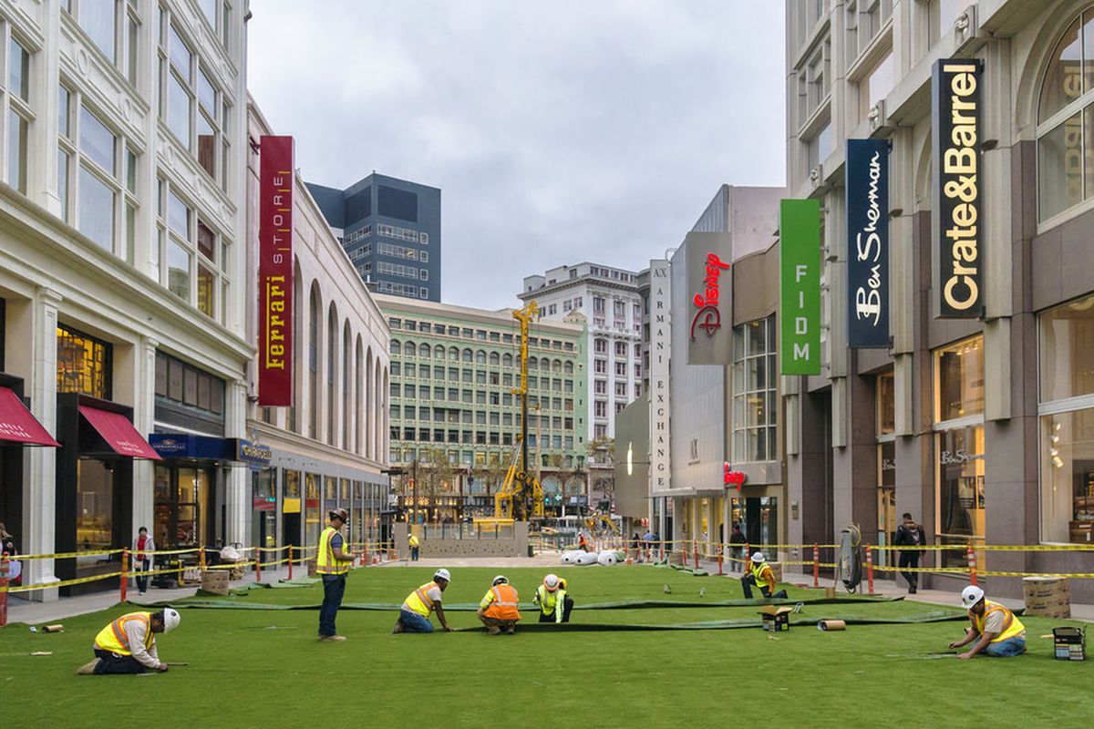 """Photo via <a href=""""http://sf.streetsblog.org/2014/11/13/stockton-street-in-union-square-becomes-a-plaza-for-the-holidays/"""">SF Streets</a>"""