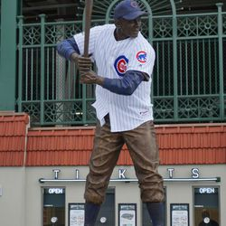 Ernie Banks statue with jersey
