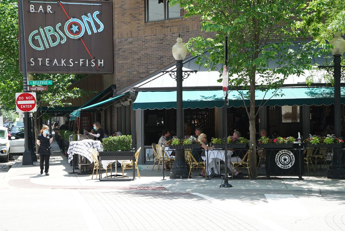 People dining on the patio atGibsons Bar & Steakhouse, located at 1028 N Rush St.   Brian Rich/Sun-Times