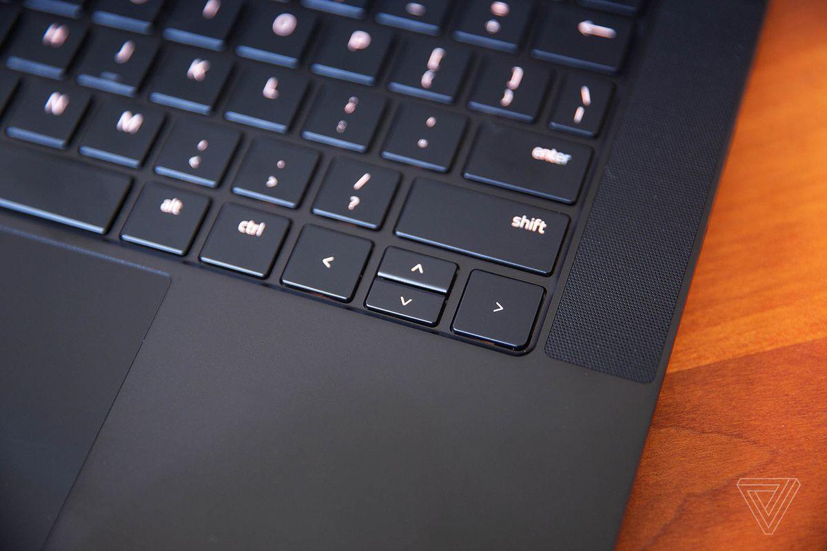 Las teclas de flecha en la computadora portátil Razer Blade 14.
