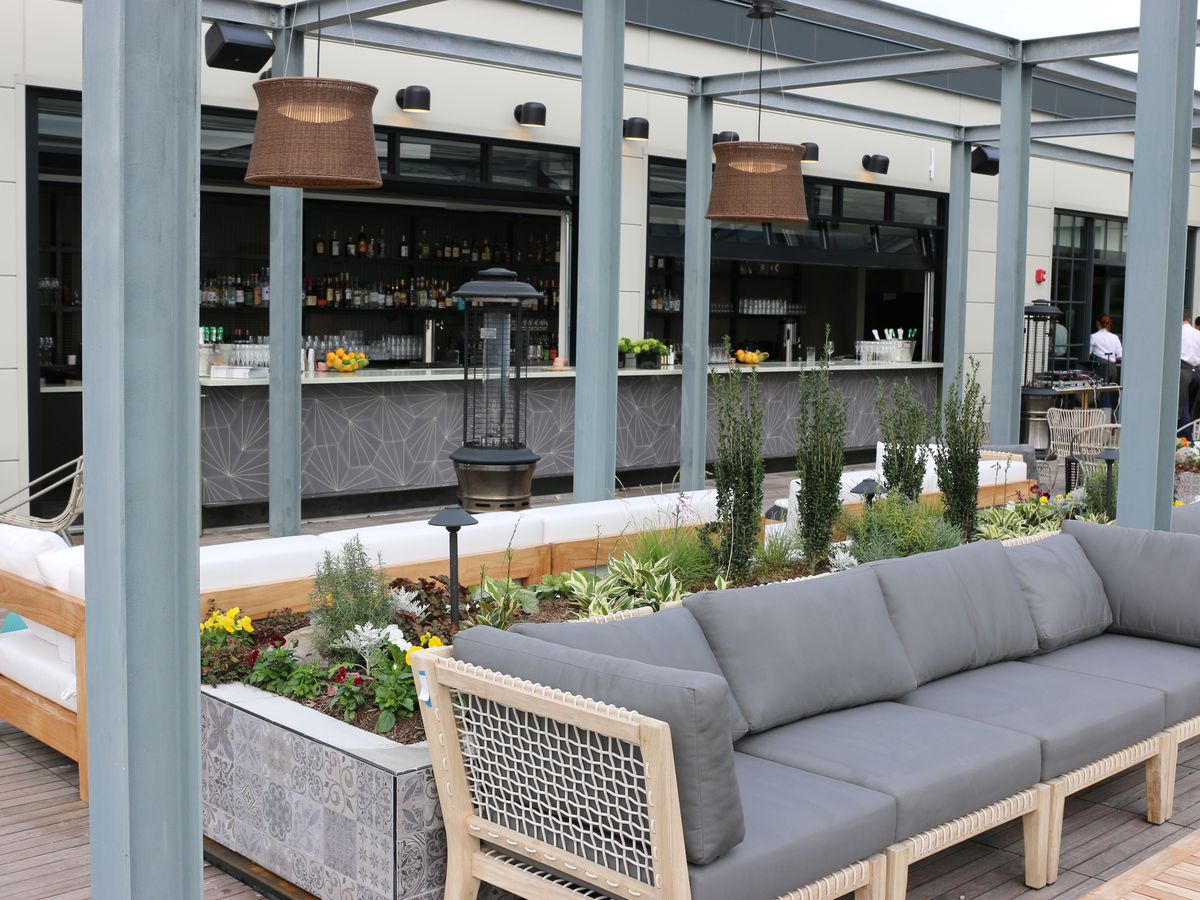 The outdoor patio at Officina