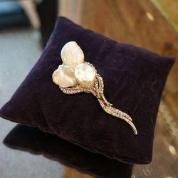 Siman Tu Pearl Broche - $995