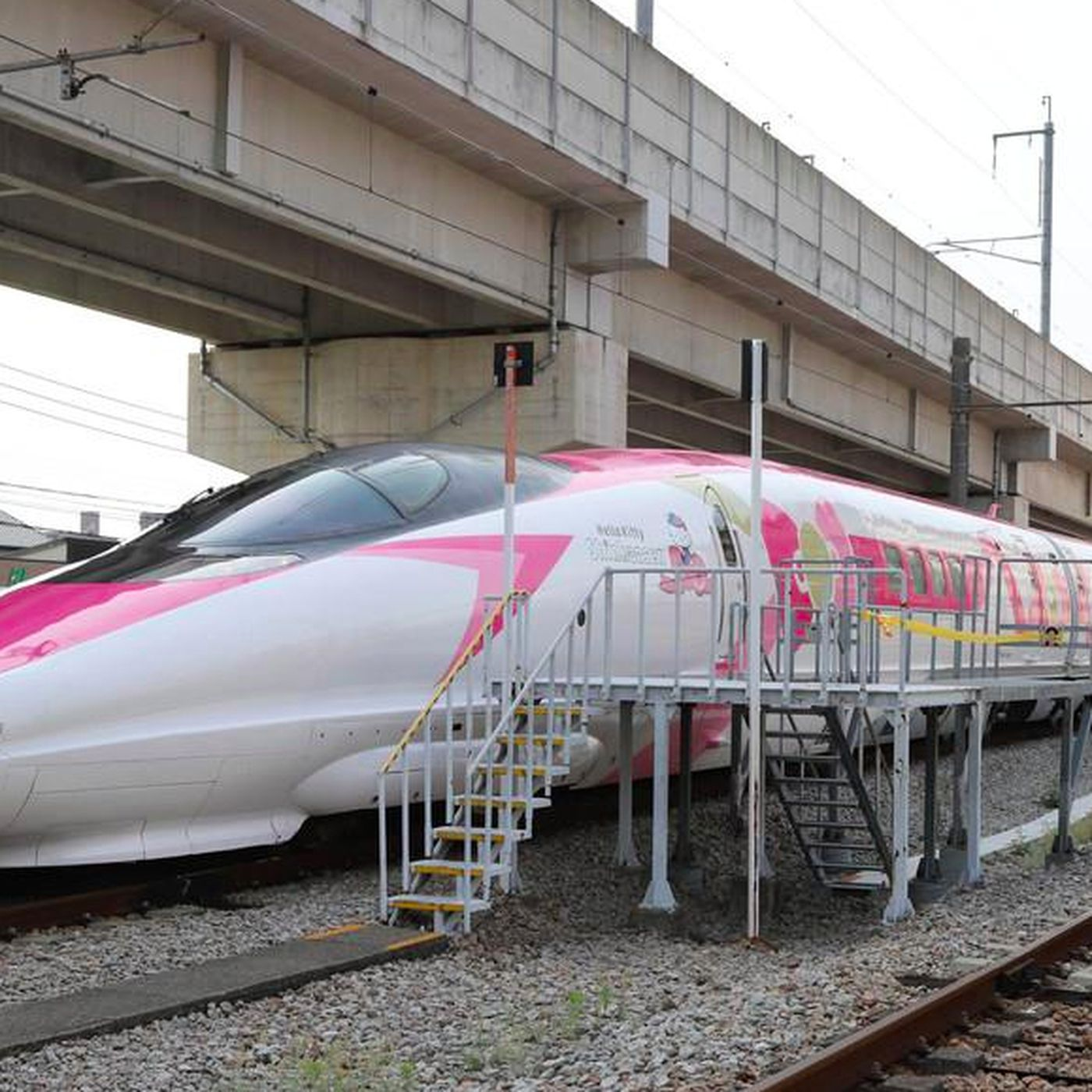 1d7e3502c Hello Kitty bullet train in Japan debuts this June - Curbed