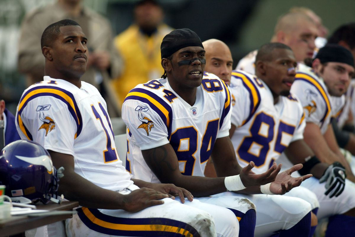10/20/02 - Secaucus, NJ - Minnesota Vikings vs New York Jets ta the Meadowlands Viking quarterback Dante Culpepper, left, reRandy Moss, center, and receiver D'Wayne Bates, (85), right, sit frustrated on the sidelines during the fourth quarter of their 20