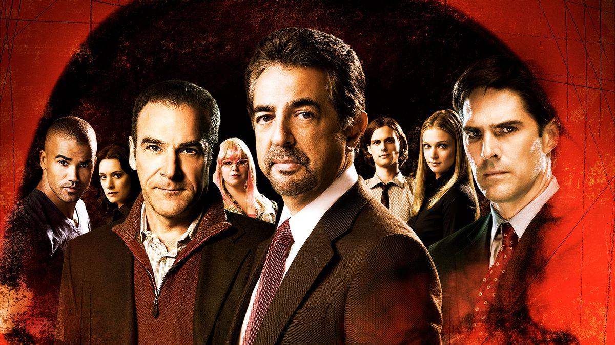 el elenco de mentes criminales mirando de mal humor con una superposición roja llamativa