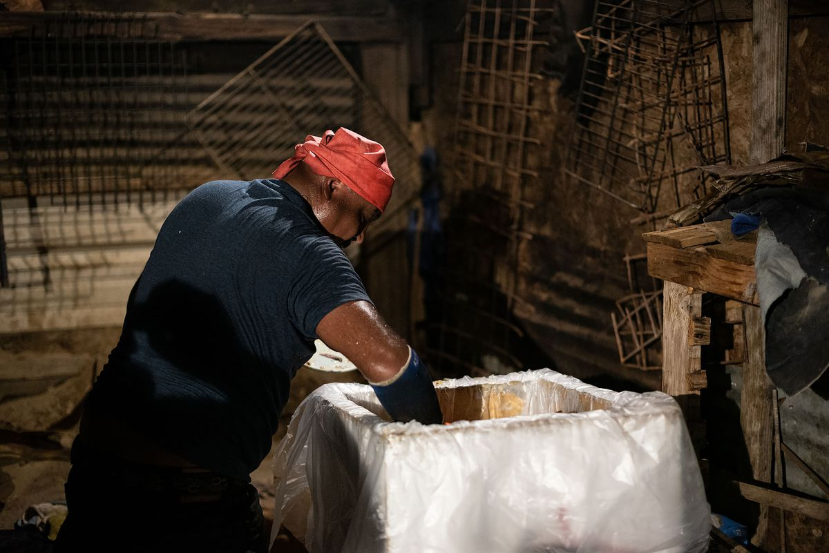 Loading cooked barbacoa to transport to Arleta.