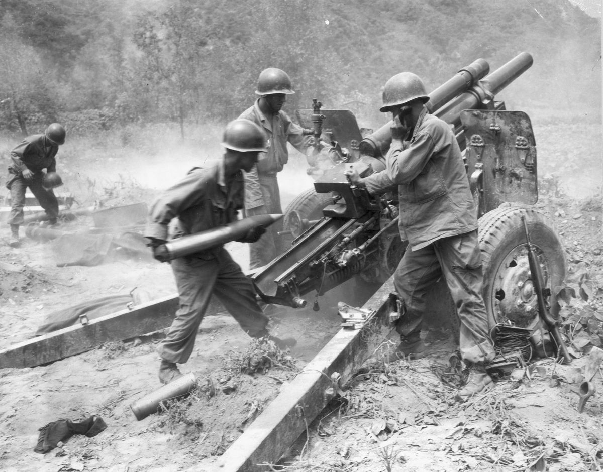 US troops fire artillery during the Korean War