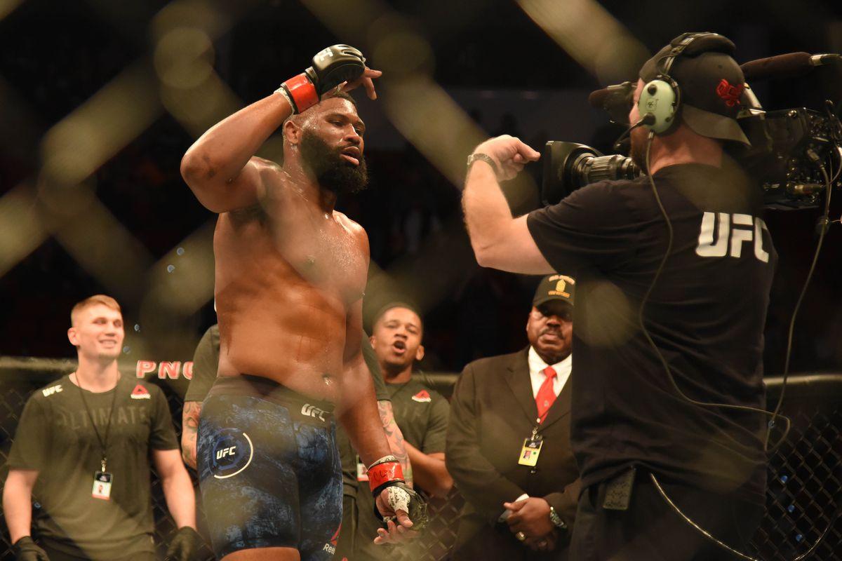 Curtis Blaydes (red gloves) defeats Junior Dos Santos (blue gloves) during UFC Fight Night at PNC Arena.