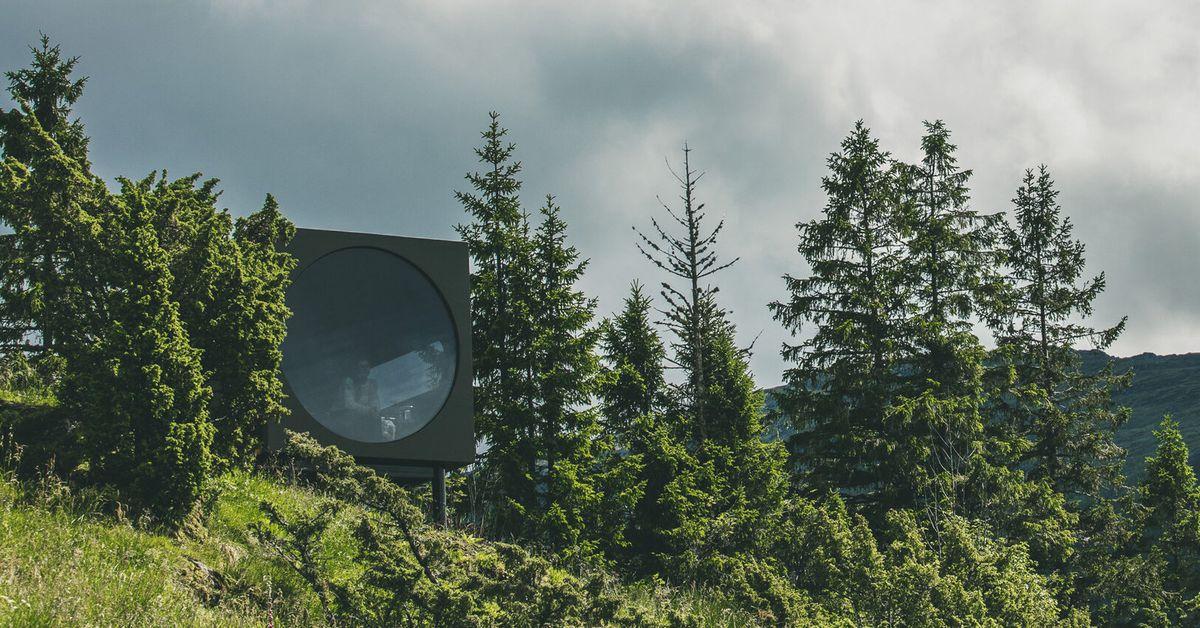 Minimalist prefab keeps the spotlight on nature