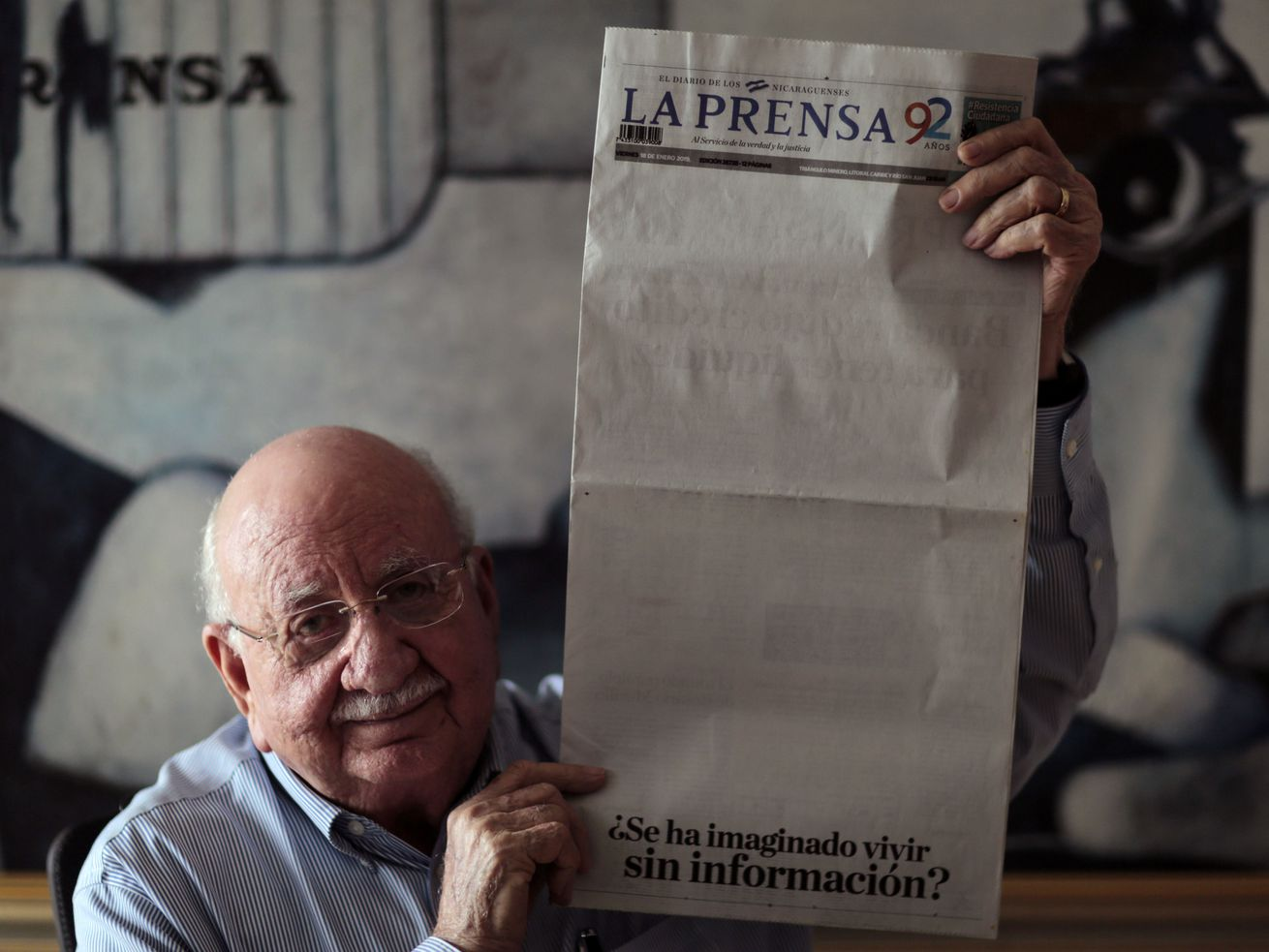 La Prensa director Jaime Chamorro holds the issue with the blank front page.